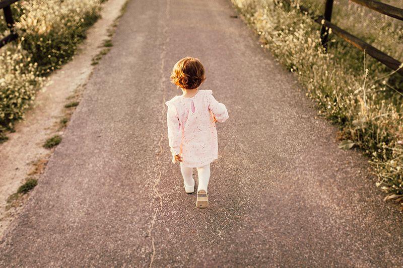 Flicka-promenerar