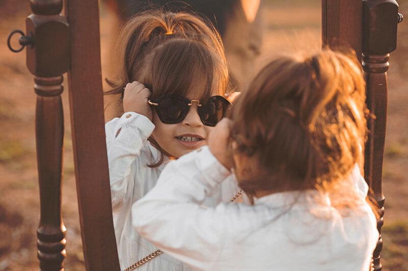 Flicka-speglar-sig